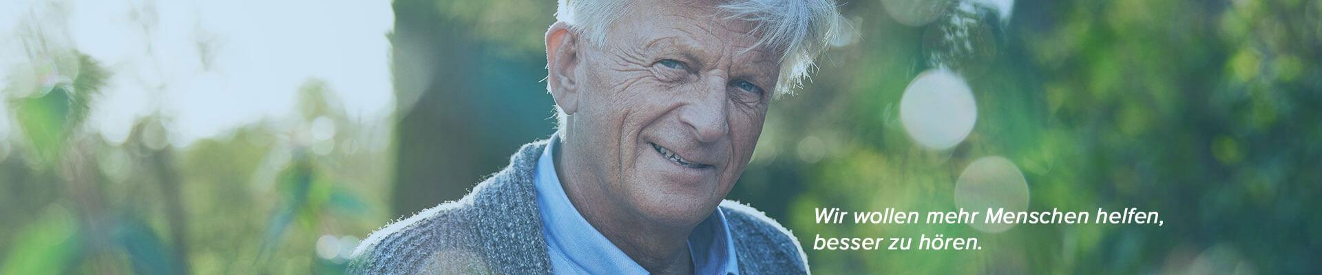 Porträt von einem älteren Herrn im Garten