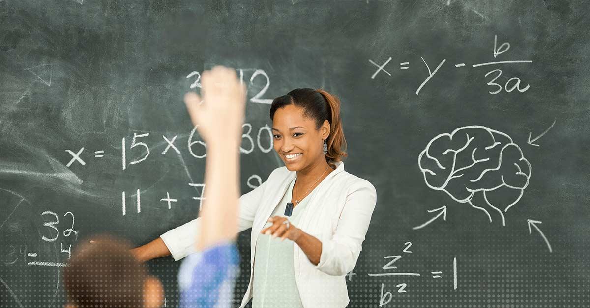 Eine Lehrerin gibt Unterricht