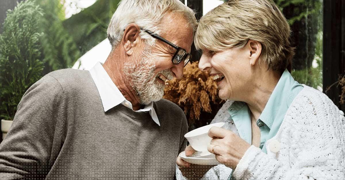 Ein älteres Paar lacht gemeinsam