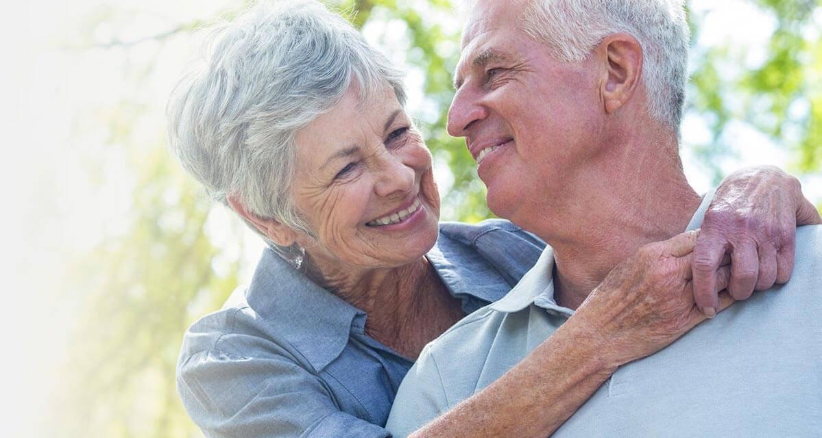 ein Paar umarmt sich und lacht sich an