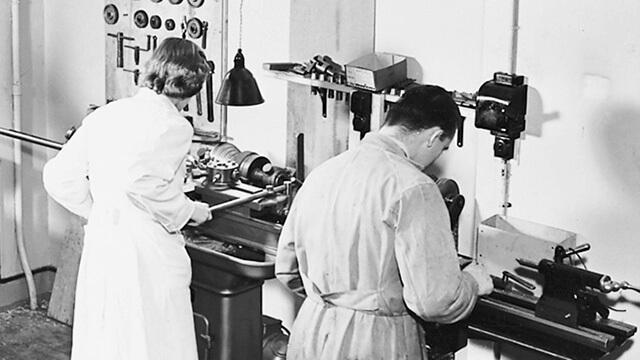 Schwarz-Weiss Bild von einer Oticon Fabrik