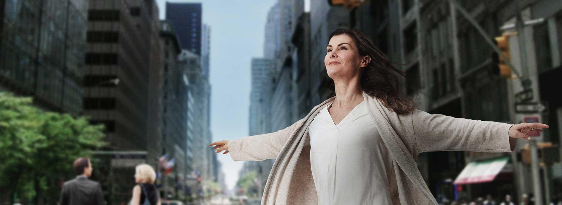 Eine Frau streckt die Arme aus und fühlt sich frei