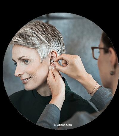 Nästan osynliga allt-i-örat-hörapparater placeras i hörselgången. Allt-i-örat-hörapparater är hörapparater som sitter i örat, nästan helt dolda i hörselgången.
