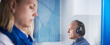 Märker du att din hörsel har försämrats? Vi ger dig vanliga tecken på nedsatt hörsel och hjälp med hur du kan behandla din nedsatt hörsel.