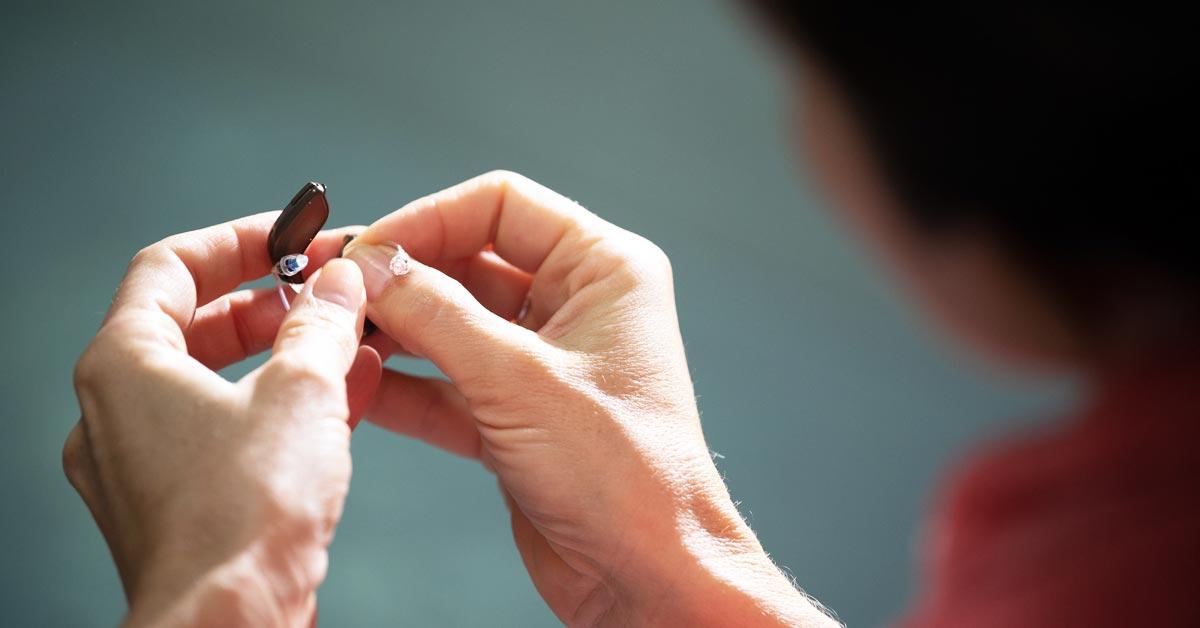 Hörappartstips - hur vårdar du dina hörapparater i sommarvärmen? Audika ger dig tips på hur du tar hand om dina hörapparater.
