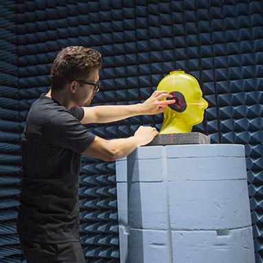 ingénieur mettant en place un casque sur tête de mannequin jaune