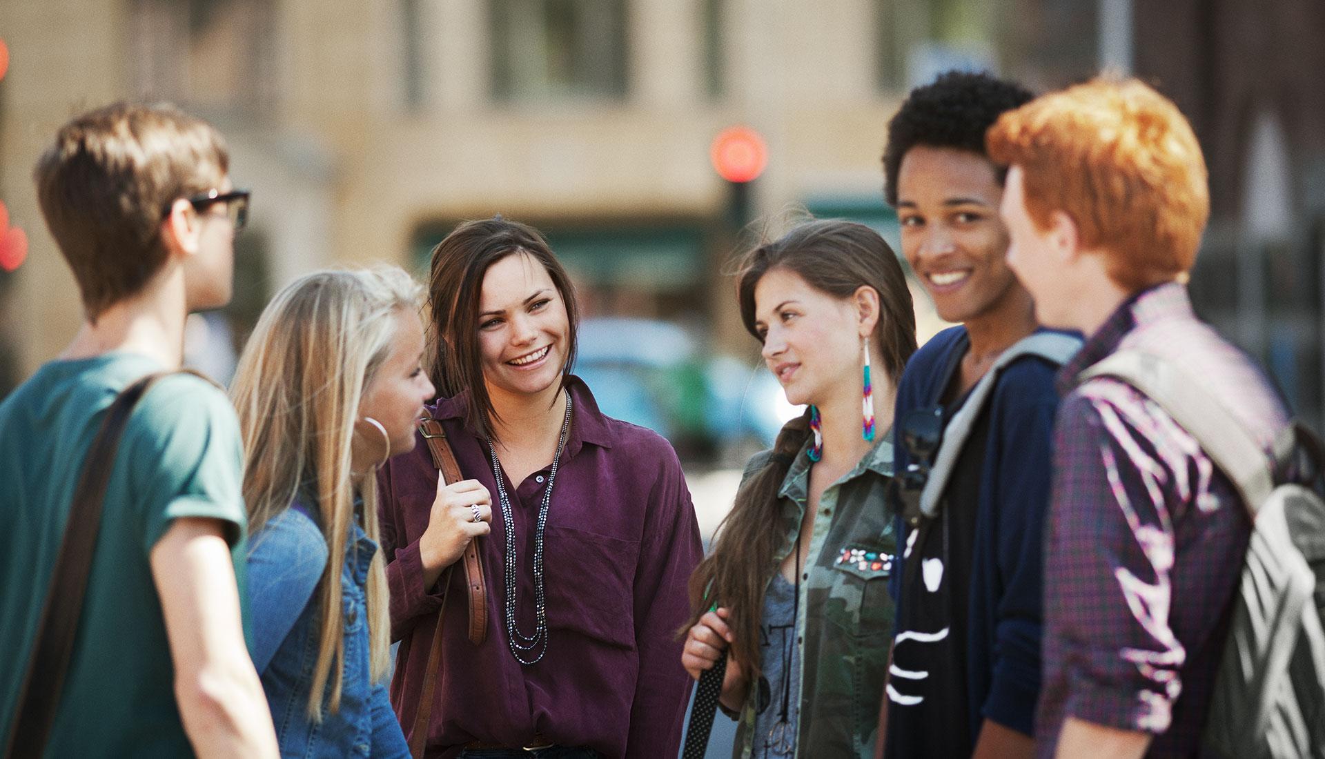 bande de jeunes adolescents parlant ensemble
