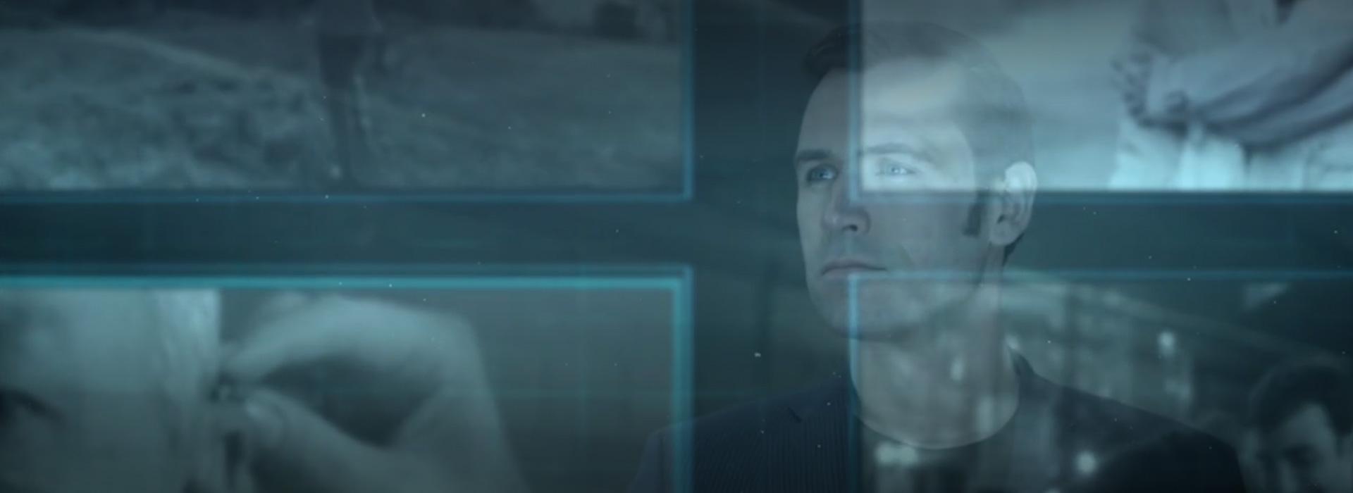 tête d'homme en transparence derrière écrans