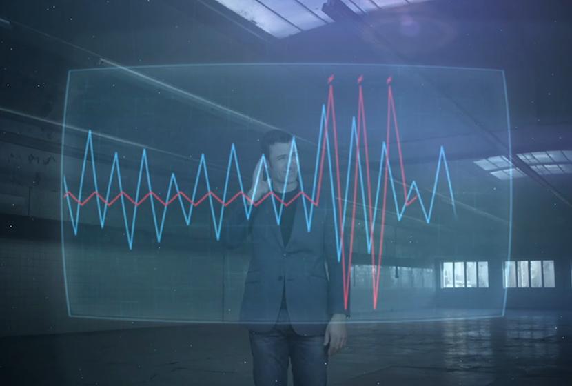 homme derrière écran transparent avec graphiques