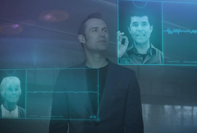 homme avec écrans transparents devant lui