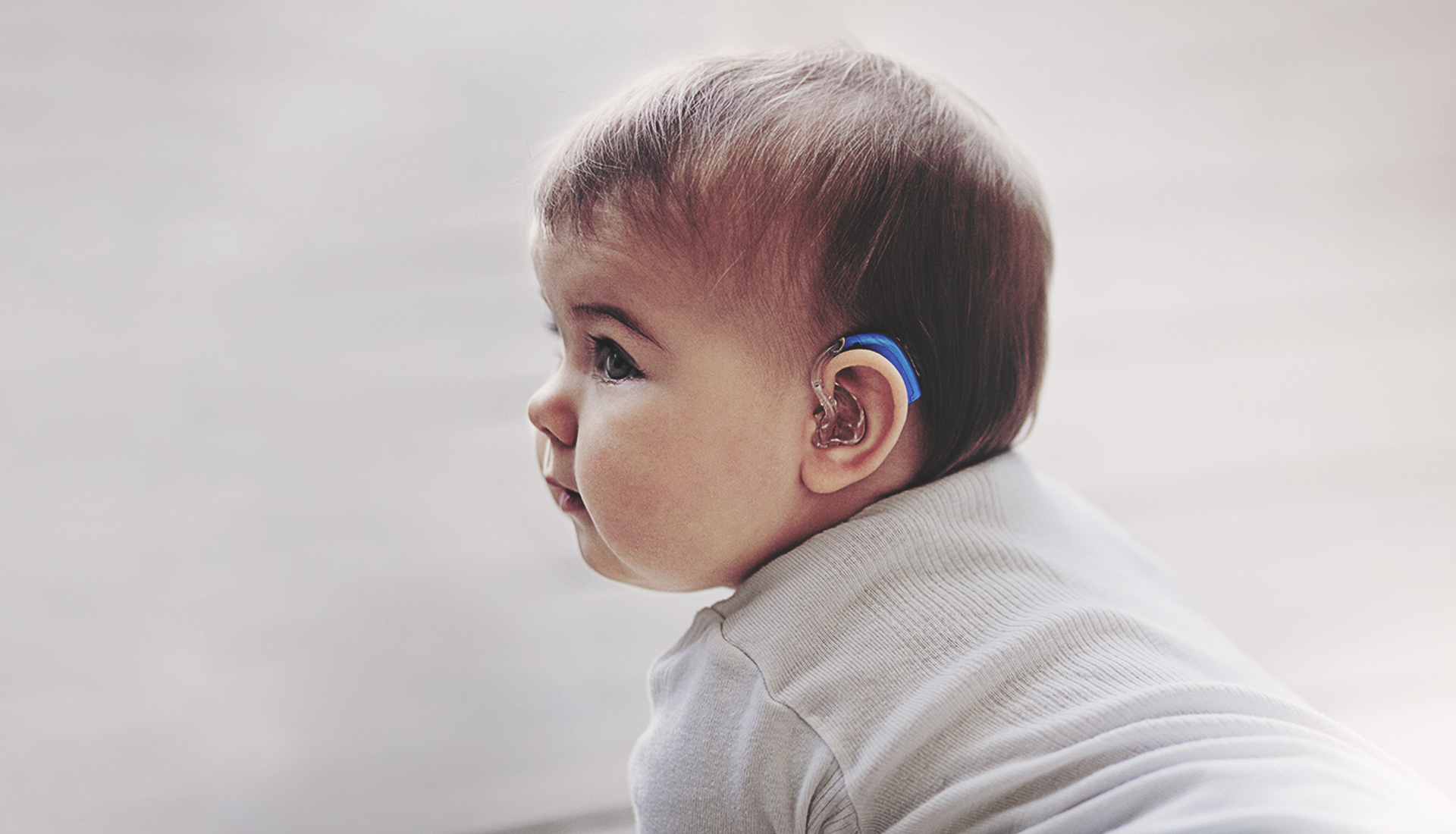 bébé portant un appareil auditif